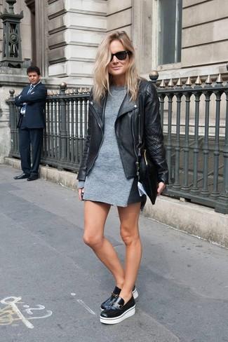 chaqueta-motera-vestido-jersey-mocasin-con-plataforma-cartera-sobre-gafas-de-sol-large-8658
