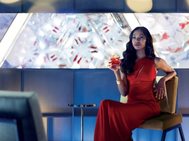 Mia Parc protagonizada por Zoe Saldana disfrutando un cocktail de Campari PH. Matteo Bottin